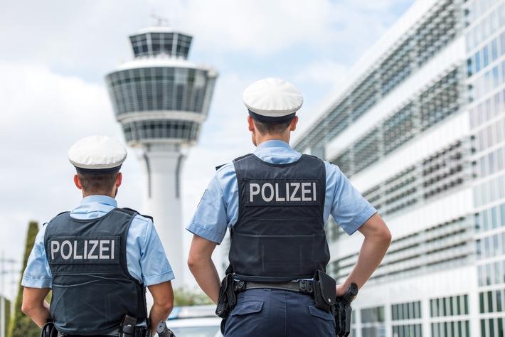 Bundespolizisten am Münchner Airport nahmen am Donnerstagvormittag innerhalb weniger Stunden vier mit acht Haftbefehlen gesuchte Reisende fest. Für zwei Männer hieß es, die Reisekasse zu plündern, einer musste seine Verlobte um finanzielle Unterstützung bitten, der Vierte bekam ein Zimmer im Landshuter Gefängnis.
