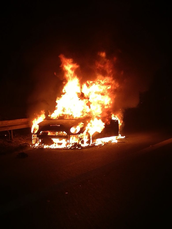 FW-BO: PKW brennt in voller Ausdehnung auf der BAB 40.