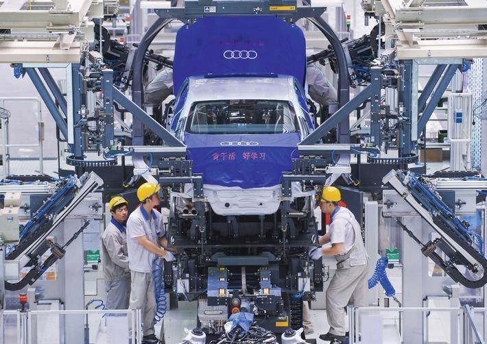 """Audi stellt per November 2010 den Absatzrekord von 2008 ein. In ersten elf Monaten wurden weltweit rund 1.003.900 Autos abgesetzt In China sprang das Unternehmen zum ersten Mal über die Marke von 200.000 Autos: Dank eines Wachstum von 50 Prozent gegenüber dem Vorjahreszeitraum verkaufte Audi hier in elf Monaten 209.752 Premium-Automobile. Im Bild: Montagehalle in Changchun/China - Audi A4L Linie Die Verwendung dieses Bildes ist für redaktionelle Zwecke honorarfrei. Veröffentlichung bitte unter Quellenangabe: """"obs/Audi AG"""""""