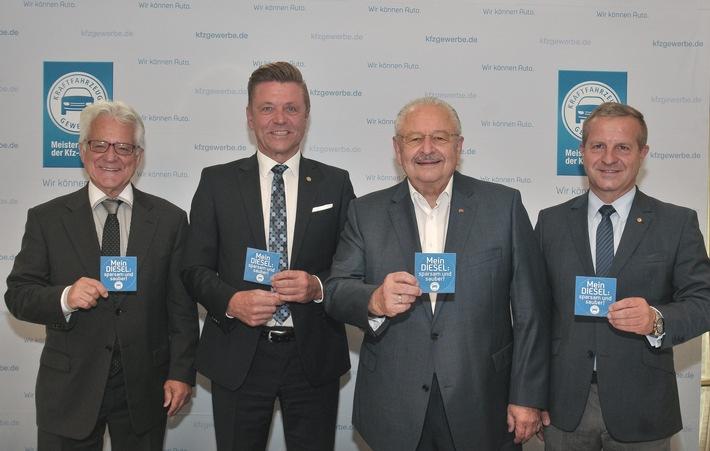"""Das ZDK-Präsidium macht sich stark für den Diesel. Beim Pressegespräch stellt ZDK-Präsident Jürgen Karpinski (2.v.r.) die neuen Pro-Diesel-Aufkleber vor - gemeinsam mit den Vizepräsidenten Wilhelm Hülsdonk (2.v.l.) und Thomas Peckruhn (r.) sowie dem Präsidenten des Landesverbands Baden-Württemberg Dr. Harry Brambach / Weiterer Text über ots und www.presseportal.de/nr/7865 / Die Verwendung dieses Bildes ist für redaktionelle Zwecke honorarfrei. Veröffentlichung bitte unter Quellenangabe: """"obs/Zentralverband Deutsches Kraftfahrzeuggewerbe/Vogel Communications Group"""""""