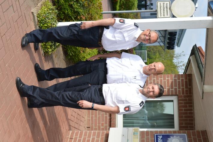 Der Leiter der PSt Marklohe, Harald Bormann (Bildmitte), mit dem zukünftigen Pensionär (links im Bild) und dem Nachfolger.