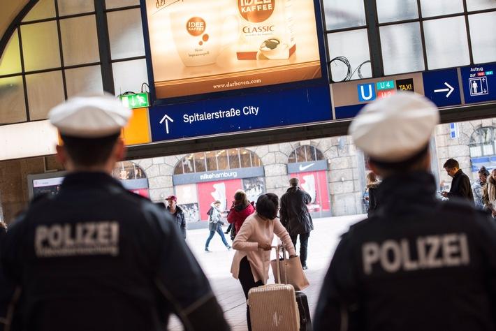Streife der Bundespolizei Hamburg in der Wandelhalle des Hauptbahnhofes. Symbolbild