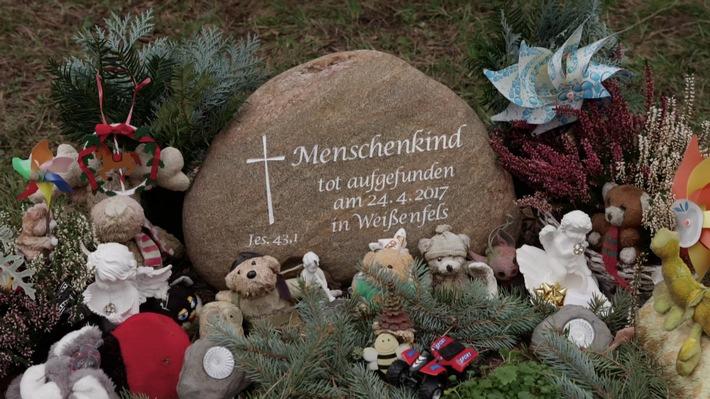 """MDR-Dreharbeiten bringen neuen Ermittlungsansatz zu getötetem Baby. Grabstein für das getötete Baby von Weißenfels. Weiterer Text über ots und www.presseportal.de/nr/7880 / Die Verwendung dieses Bildes ist für redaktionelle Zwecke honorarfrei. Veröffentlichung bitte unter Quellenangabe: """"obs/MDR Mitteldeutscher Rundfunk"""""""