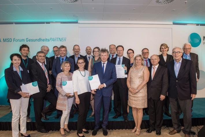 """Die Gewinner der MSD Gesundheitspreise 2016 (von links nach rechts): Dr. Monika Schliffke (QuaMaDi), Dr. Markus Moessner (ProYouth), Dr. Werner Wyrwich (Diabetisches Fußsyndrom), Prof. Dr. Dr. h.c. Peter S. Scriba (Jury), Prof. Dr. Jochen Gensichen (Jena PARADIES), Harald Möhlmann (Diabetisches Fußsyndrom), Petra Riesner (Diabetisches Fußsyndrom), Dr. Peter Cleef (Diabetisches Fußsyndrom), Lea Grabley (Diabetisches Fußsyndrom), Thomas S. Hiller (Jena PARADIES), Marion Förster (MZEB), Prof. Dr. Boris Zernikow (Schmerz im Griff), Dr. Georg Poppele (MZEB), Ulrich Scheibel (MZEB), Birgit Pohler (MZEB), Dr. Jutta Wendel-Schrief (Jury, MSD), Dr. Rolf Koschorrek (Jury), Prof. Dr. Volker Amelung (Jury), Dr. Susanne Fiedler (MSD), Prof. Dr. Friedrich Wilhelm Schwartz (Jury), Dr. Rainer Hess (Jury) Weiterer Text über ots und www.presseportal.de/nr/6603 / Die Verwendung dieses Bildes ist für redaktionelle Zwecke honorarfrei. Veröffentlichung bitte unter Quellenangabe: """"obs/MSD SHARP & DOHME GmbH/Angelika Bardehle"""""""