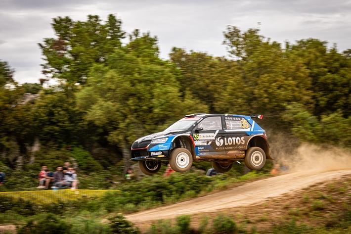 SKODA Motorsport bei der Rallye Italien Sardinien: Nach einem Neustart sicherten sich Kajetan Kajetanowicz/Maciej Szczepaniak (POL/POL) im privaten SKODA FABIA Rally2 evo noch acht Punkte in der WRC3-Meisterschaft. / Weiterer Text über ots und www.presseportal.de/nr/28249 / Die Verwendung dieses Bildes ist für redaktionelle Zwecke unter Beachtung ggf. genannter Nutzungsbedingungen honorarfrei. Veröffentlichung bitte mit Bildrechte-Hinweis.
