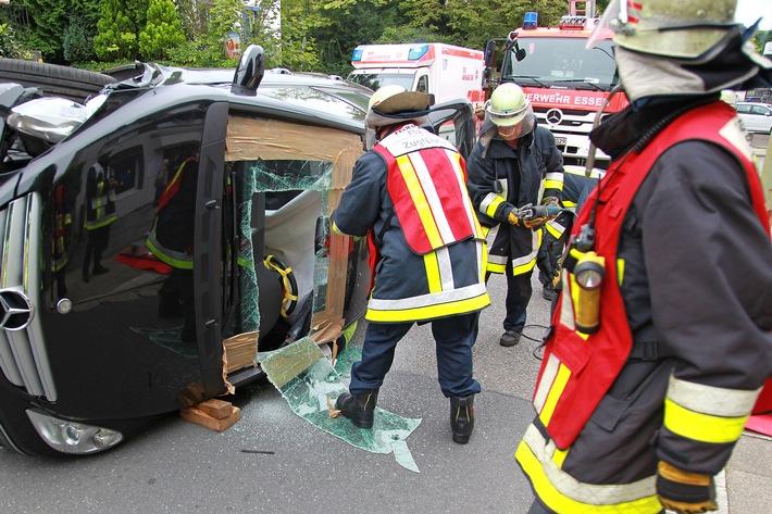FW-E: Verkehrsunfall, Fahrzeug liegt auf der Seite, eine Person schwer verletzt