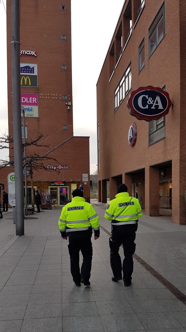 Neben der Präsenz nehmen die Beamtinnen und Beamten auf ihren Fußstreifen weiterhin die Innenstadtbereiche, in Wilhelmshaven insbesondere den Kaiser-Wilhelm-Park sowie den Zentralen Omnibusbahnhof, kurz ZOB, in den Fokus.