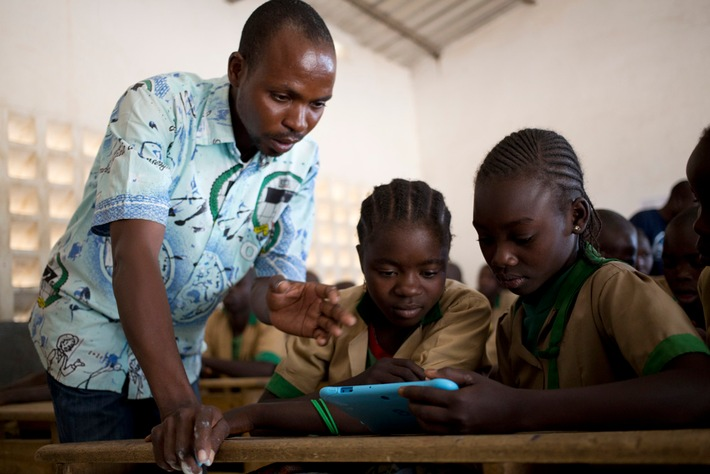 Der zwölfjährige Waibai Buku benutzt im Unterreicht ein von UNICEF zur Verfügung gestelltes Tablet zum Lernen. | UNICEF/UN0143475/Prinsloo