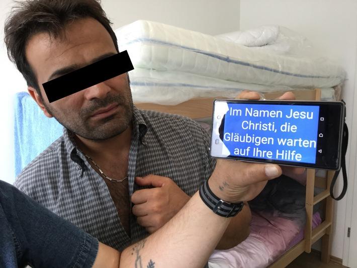 """Hilferuf von Christen aus Asylunterkunft - Hessen reagiert / 32 Christen berichten von massiven religiösen Übergriffen und Morddrohungen / Christlicher Flüchtling in einer deutschen Asylunterkunft kurz nach einem gewalttätigen, religiös motivierten Übergriff. Den Text auf dem Handy hatte er mit einem Übersetzungsprogramm eingetippt. Weiterer Text über ots und www.presseportal.de/nr/78456 / Die Verwendung dieses Bildes ist für redaktionelle Zwecke honorarfrei. Veröffentlichung bitte unter Quellenangabe: """"obs/Open Doors Deutschland e.V."""""""
