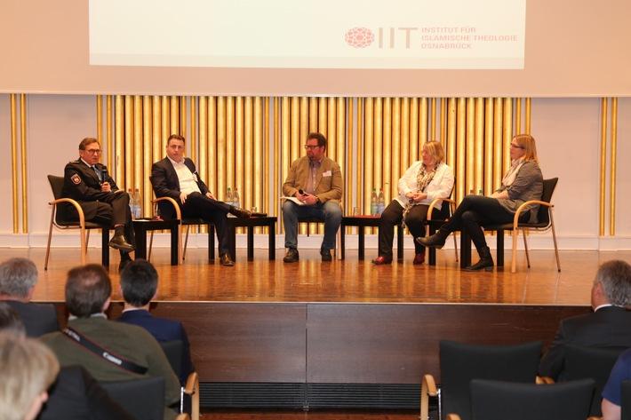 Podiumsdiskussion mit Beteiligten von Universität, Polizei, Diakonie und Stadt Osnabrück zur gemeinsamen Arbeit im Bereich gegen Radikalisierung.