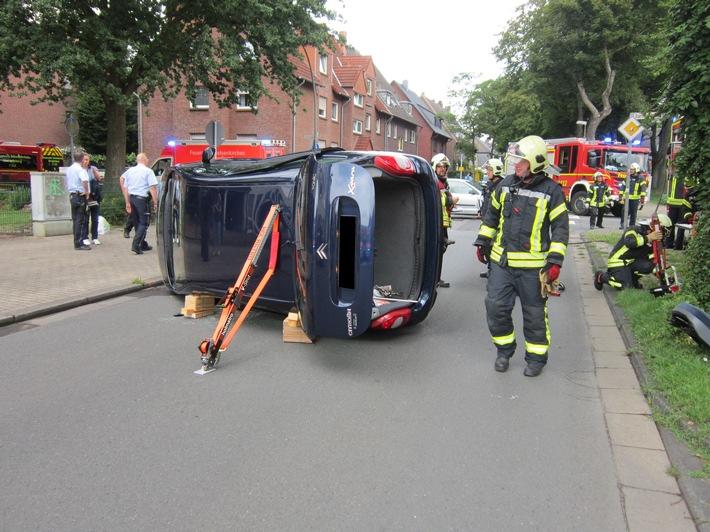 Durch die Feuerwehr wurde der Pkw stabilisiert.