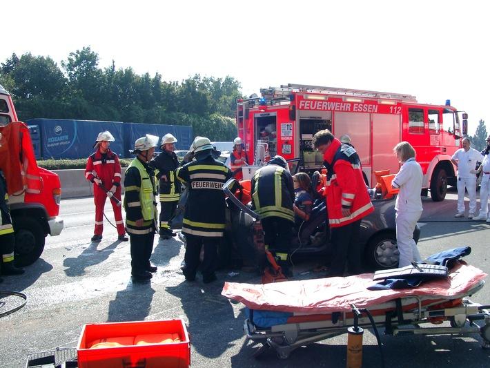 FW-E: Feuerwehr rettete  auf Autobahn eingeklemmte Person aus PKW nach schwerem Verkehrsunfall Essen-Frillendorf, 23.09.05, 14:00 Uhr