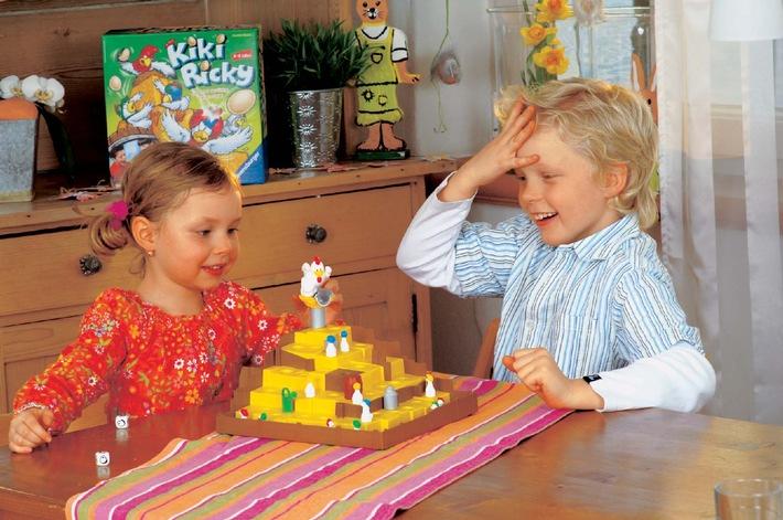 """Dieses Spiel bringt Tempo in die Ostereier-Suche: Beim dreidimensionalen Kinderspiel Kiki Ricky fliegen Eier - und das sorgt für großes Hallo bei Lisa und Julian, die in die Rolle der kleinen Hennen geschlüpft sind. Die Verwendung dieses Bildes ist für redaktionelle Zwecke honorarfrei. Abdruck bitte unter Quellenangabe: """"obs/Ravensburger Spieleverlag"""""""