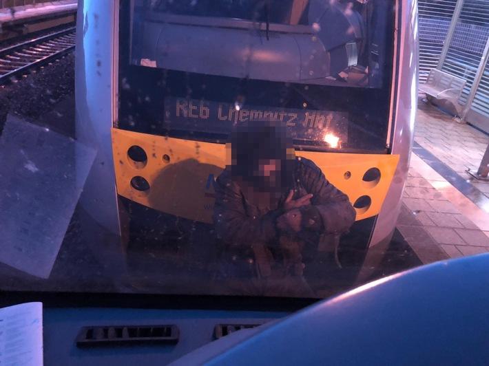 BPOLI L: Lebensgefährlicher Leichtsinn: Mann fährt auf Zugkupplung mit