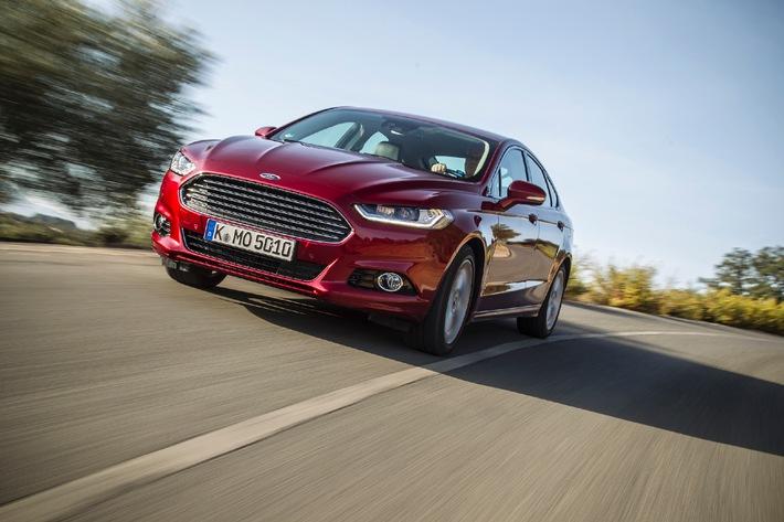 """Der neue Ford Mondeo ist bereit für sein Europa-Debüt. Die vierte Generation des Erfolgsmodells startet wieder als vier- und fünftürige Limousine sowie mit der eigens für den hiesigen Kontinent entwickelten Kombi-Version Turnier durch. Unter der Karosserie überzeugt das neue Flaggschiff von Ford Europa mit einer Vielzahl an hochmodernen Technologien und Systemen: von der breitgefächertsten und technologisch fortschrittlichsten Motorenpalette in der 21-jährigen Geschichte der Baureihe über adaptive Frontscheinwerfer mit LED-Technologie, die vielseitig einstellbaren Ford Multikontursitze bis hin zum Gurt-Airbag-System für die Passagiere auf den hinteren Außenplätzen, einer sicherheitsrelevanten Erfindung, die Ford als erster Automobilhersteller überhaupt eingeführt hat. Hinzu kommt eine weitere echte Innovation: Im neuen Mondeo feiert der """"Pre-Collision-Assist"""" mit Fußgänger-Erkennung seine Weltpremiere. Das wegweisende System hilft, Unfällen mit Passanten zu vermeiden oder die Folgen zumindest zu minimieren. Weiterer Text über OTS und www.presseportal.de/pm/6955 / Die Verwendung dieses Bildes ist für redaktionelle Zwecke honorarfrei. Veröffentlichung bitte unter Quellenangabe: """"obs/Ford-Werke GmbH"""""""