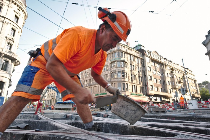 """Dès maintenant, les travailleurs de la construction sont à nouveau autorisés à porter des pantalons courts sur certains chantiers routiers. Texte complémentaire par ots et sur www.presseportal.ch/fr/nr/100051907 / L'utilisation de cette image est pour des buts redactionnels gratuite. Publication sous indication de source: """"obs/SBV Schweiz. Baumeisterverband/SSE"""""""