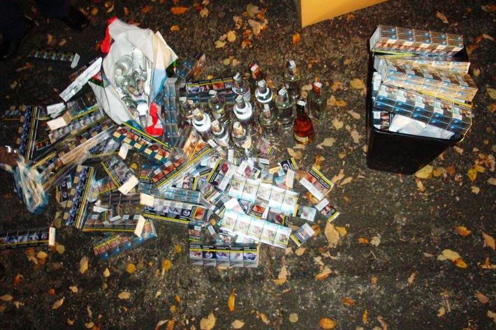 Bild - sichergestellte Zigaretten und Schnapsflaschen