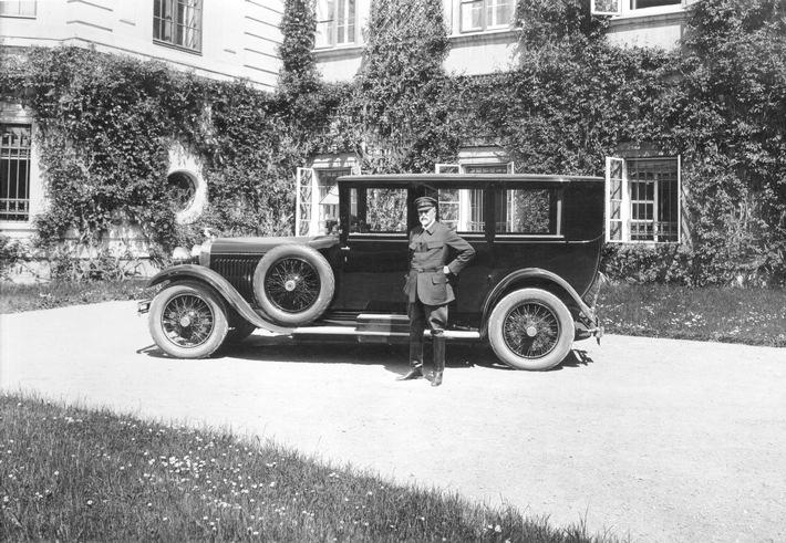 Am 10. Mai 1926 wurde der Lieferschein für die beeindruckende Limousine SKODA Hispano-Suiza ausgestellt. Der erste Staatspräsident der Tschechoslowakei, TomᚠGarrigue Masaryk, posierte mit dem Fahrzeug später vor seiner Sommerresidenz Schloss Lány. / Weiterer Text über ots und www.presseportal.de/nr/28249 / Die Verwendung dieses Bildes ist für redaktionelle Zwecke unter Beachtung ggf. genannter Nutzungsbedingungen honorarfrei. Veröffentlichung bitte mit Bildrechte-Hinweis.