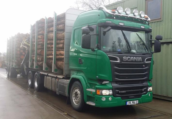 Holz-LKW auf der Waage