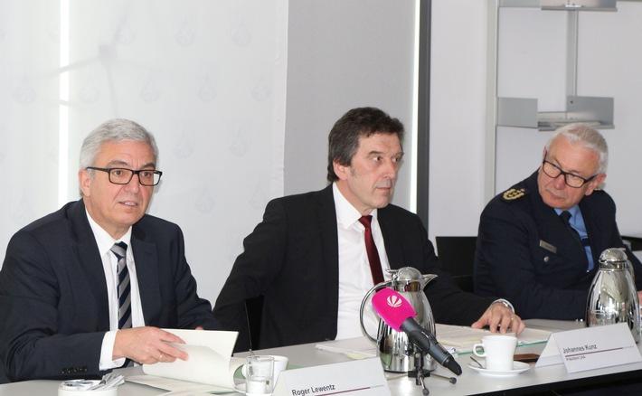 Auf dem Bild (v.li.n.re.): Roger Lewentz (Innenminister RLP), Johannes Kunz (Präsident des LKA RLP), Jürgen Schmitt (Inspekteur der Polizei RLP)