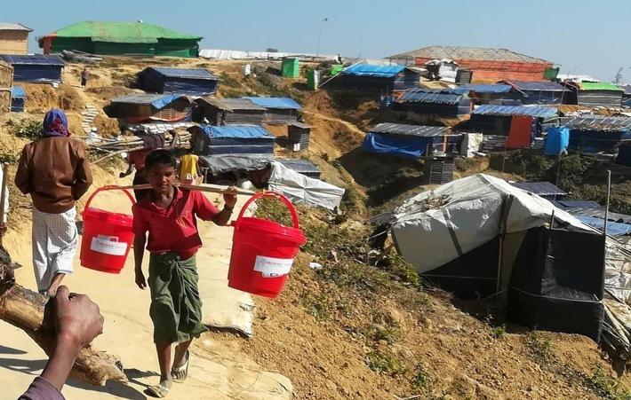 """L'an dernier, Helvetas a également déployé une aide d'urgence. L'organisation de développement est notamment intervenue au Bangladesh auprès des réfugiés Rohingyas ayant fui le Myanmar, distribuant seaux pour le transport de l'eau et des kits d'hygiène. Texte complémentaire par ots et sur www.presseportal.ch/fr/nr/100000432 / L'utilisation de cette image est pour des buts redactionnels gratuite. Publication sous indication de source: """"obs/Helvetas/HELVETAS Swiss Intercooperation"""""""