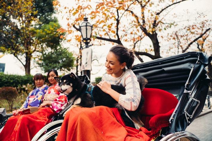 """Janina Uhse und Shiba Inu Hund Yoshi: mit der Rikscha durch Tokio. Weiterer Text über ots und www.presseportal.de/nr/133051 / Die Verwendung dieses Bildes ist für redaktionelle Zwecke honorarfrei. Veröffentlichung bitte unter Quellenangabe: """"obs/JNTO Japanische Fremdenverkehrszentrale/André Josselin"""""""