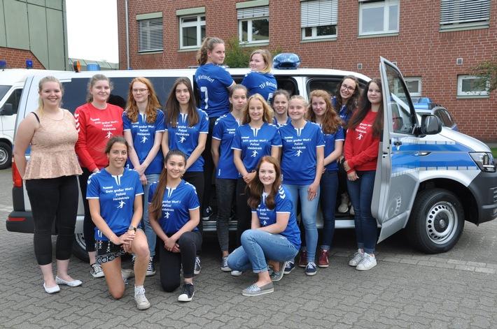 Die weibliche Handball-A-Jugend des TSV Wietzendorf e.V. wirbt jetzt um Nachwuchs für die Polizei im Heidekreis.