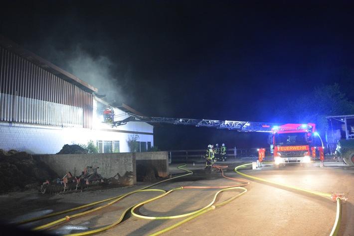 Großeinsatz durch den Dachstuhlbrand eines Reitstalles