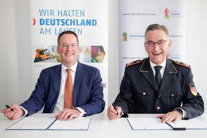 Michael Ebling, Präsident des Verbandes kommunaler Unternehmen (VKU), und Hartmut Ziebs, Präsident des Deutschen Feuerwehrverbandes (DFV)