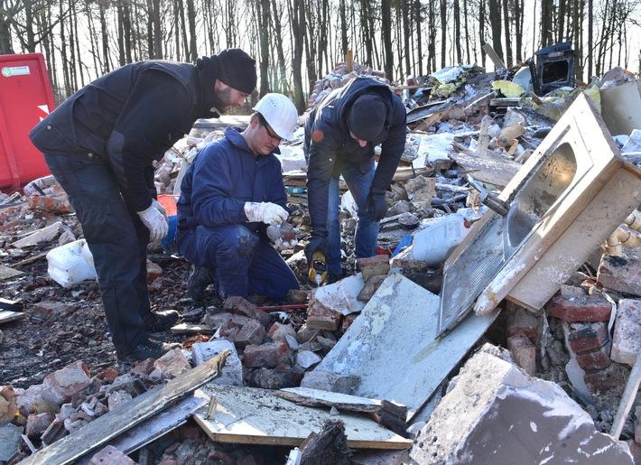 Brandexperten untersuchen die Ruine