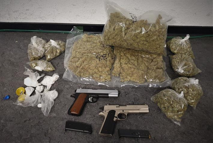 Sichergestellte Drogen und Waffen (DrogenundWaffen.jpg)