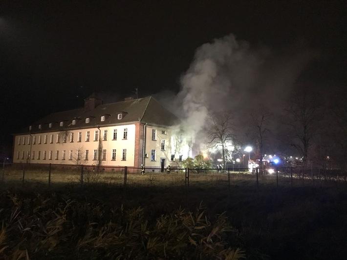 Feuerwehr und Rettungskräfte an der ausgeleuchteten Brandstelle.
