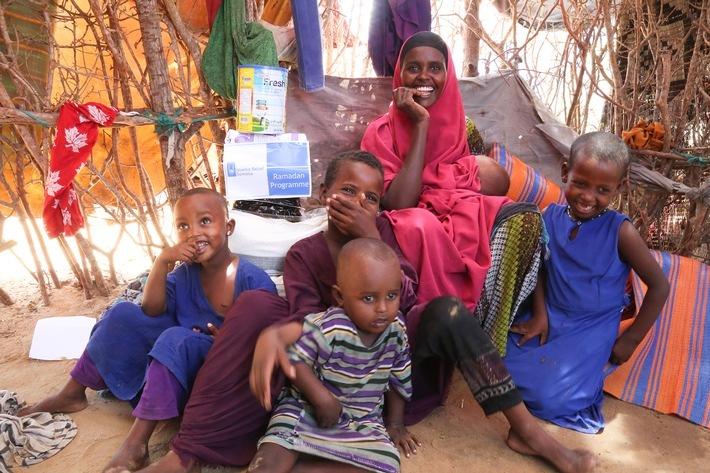 """Nurta A. und ihre Kinder zu Hause während der Ramadan-Lebensmittelverteilung von Islamic Relief in einem Lager für Geflüchtete außerhalb von Mogadischu, Somalia Weiterer Text über ots und www.presseportal.de/nr/50131 / Die Verwendung dieses Bildes ist für redaktionelle Zwecke honorarfrei. Veröffentlichung bitte unter Quellenangabe: """"obs/Islamic Relief Deutschland e.V."""""""