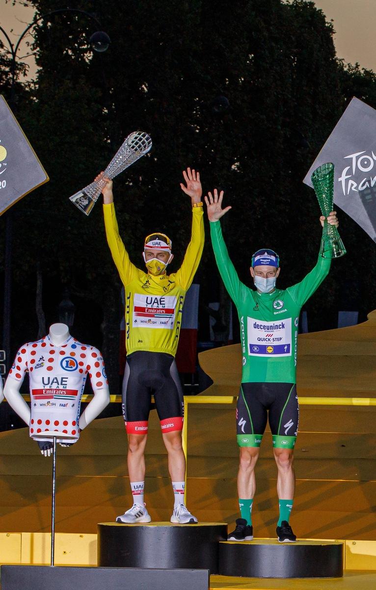 Tadej Pogacar gewinnt die 107. Tour de France und erhält Kristallglas-Trophäe von SKODA Design
