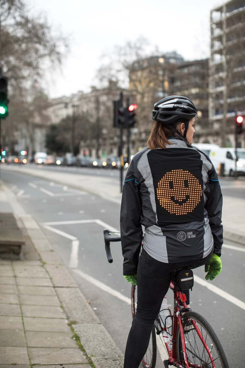 Ford entwickelt Emoji-Jacke, um das Verständnis zwischen Fahrrad- und Autofahrern zu verbessern