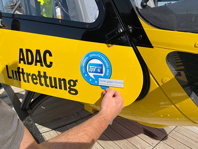 Sicher gegen Corona: ADAC Luftrettung mit Qualitätssiegel von TÜV Hessen ausgezeichnet