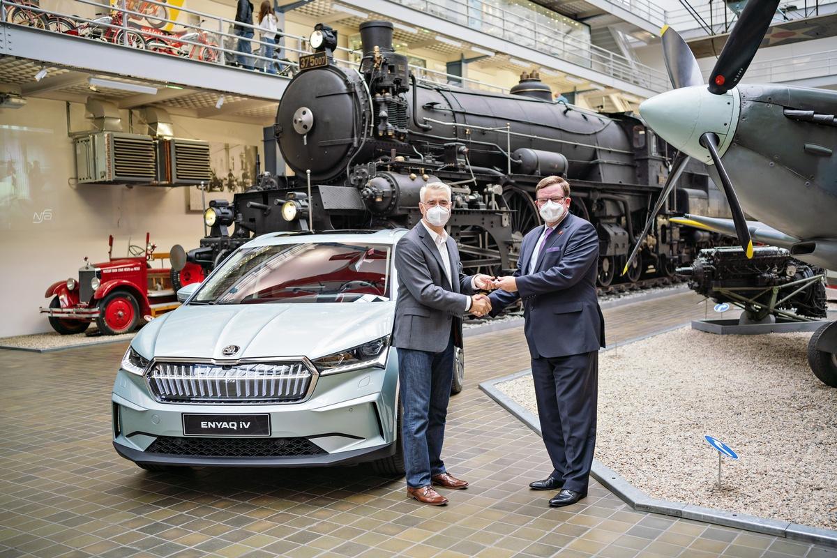 Erster in Tschechien hergestellter ŠKODA ENYAQ iV an Technisches Nationalmuseum übergeben