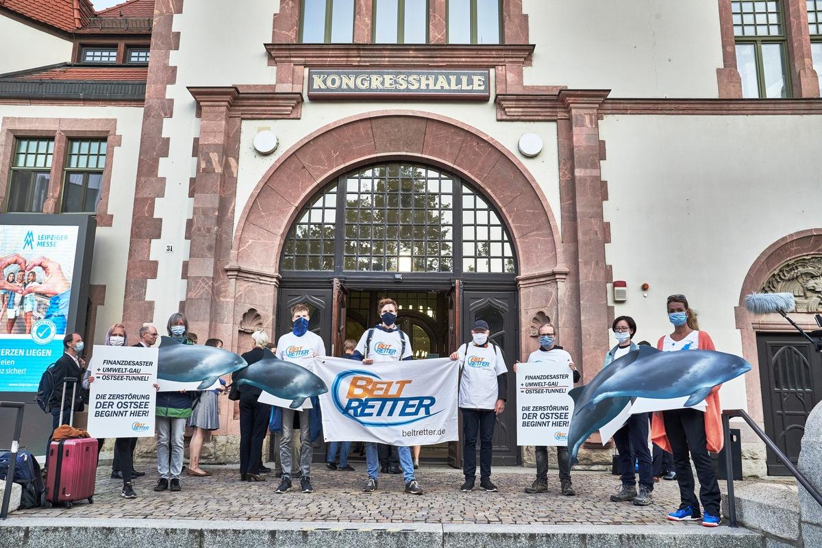 Anlässlich der Verhandlungen 'Feste Fehmarnbeltquerung': BELTRETTER-Aktion zum Prozessauftakt in Leipzig