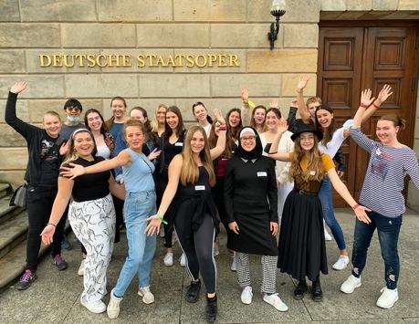 Ein Blick hinter die Kulissen der Berliner Staatsoper Unter den Linden / opernKompass begeistert Jugendliche für Kultur und Berufe am Musiktheater