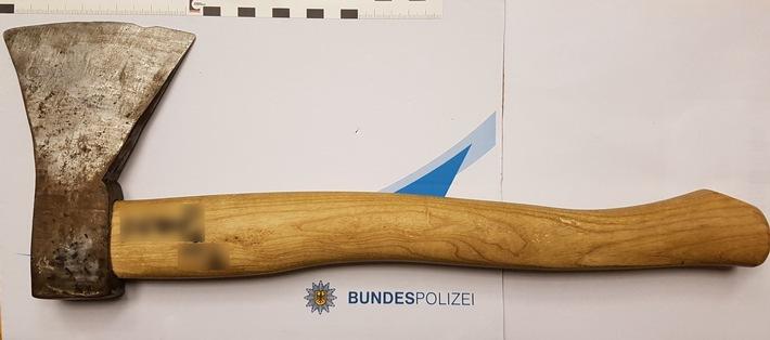 BPOL NRW: 18-Jähriger soll Frauen mit Axt bedroht haben – Bundespolizei sucht die beiden Geschädigten