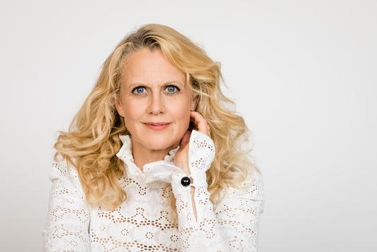 """Start der Doku-Reihe """"Her Story"""" mit Barbara Schöneberger am 24. November und 1. Dezember auf Sky One"""
