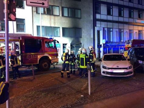 FW-GE: Brennender Müllcontainer in der Gelsenkirchener Innenstadt sorgt für Großeinsatz der Feuerwehr Gelsenkirchen.