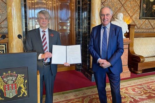 Bundesverdienstkreuz für Dr. Norbert Kloppenburg / Schatzmeister des Kinderhilfswerks Plan International Deutschland ausgezeichnet