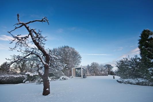 """""""Outdoor arbeiten"""" bei Schnee und Eis im Office Cube / Designer-Bürowürfel für den Outdoor-Einsatz kann sich selbst von Schnee und Eis befreien"""
