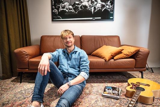 Samu Haber richtet sich mit Interliving Möbeln ein – Die Samu Haber Office Story / Interliving präsentiert Samu Habers Favoriten