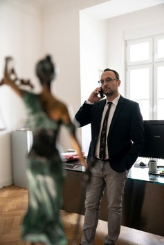 """Sky Original """"Anwälte des Bösen – Zwischen Gesetz und Gewissen"""" mit Dr. Adam Ahmed ab 24. Juni exklusiv bei Sky Crime"""
