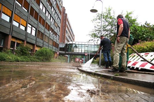 FW-E: Kellergeschosse eines großen Schulungszentrums in Essen-Kupferdreh nach Starkregen überflutet, mehrere tausend Kubikmeter Wasser im Gebäude