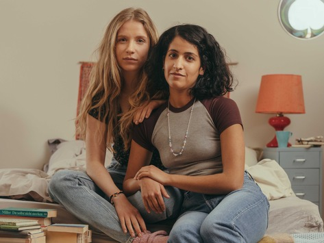 "neoriginal: Drehstart ""Loving Her"" für ZDFneo und ZDFmediathek / Mit Banafshe Hourmazdi, Lena Klenke, Karin Hanczewski, Emma Drogunova u. a."