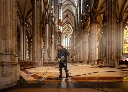 Ein besonderer Frühjahrsputz: Bodenreinigung im Kölner Dom
