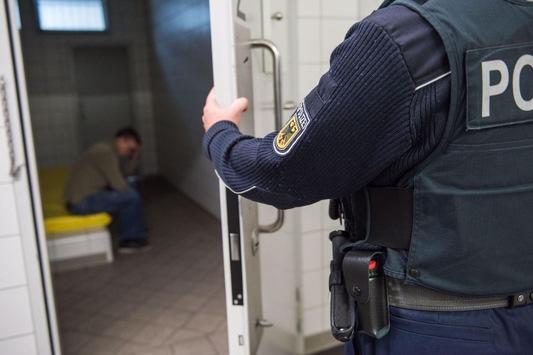 BPOL NRW: Von zwei Jahren und sechs Monaten Haft noch 457 Tage offen – Festnahme durch Bundespolizei am Flughafen Köln/Bonn –